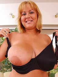 Horny blonde mature Ellen playing with her...